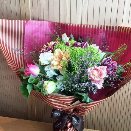 チューリップと春の小花を束ねたロマンティックブーケ