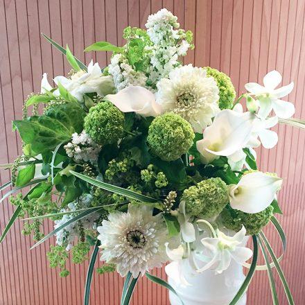ホワイトカラーのウエディングブーケ風花束