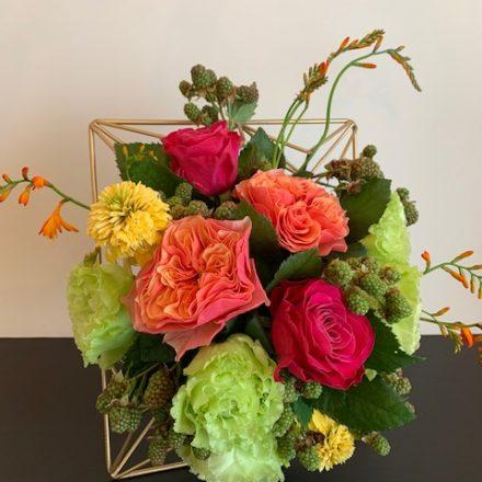 ビビットカラーのサマーフレームアレンジメント (生花)